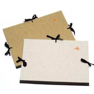 Carp. Dib. cartón  gris con asas. Med 62x86